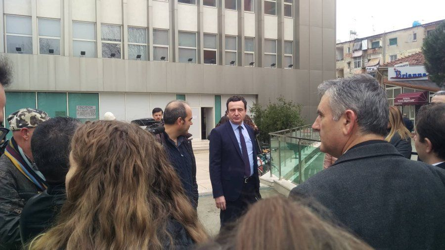 Kosovo politician Albin Kurti joins the protesting students and teachers in Tirana, calls for resistance