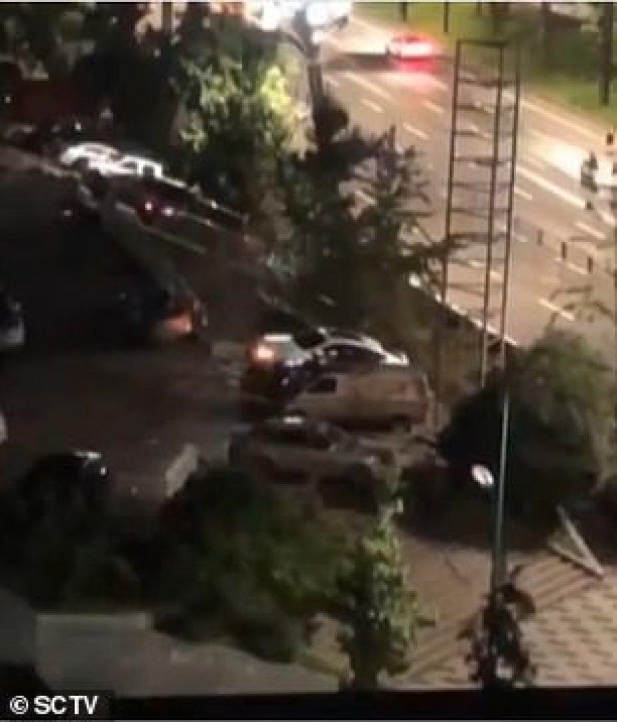 VIDEO/ Shembet rruga në Kinë, thith 21 makina nëntokë