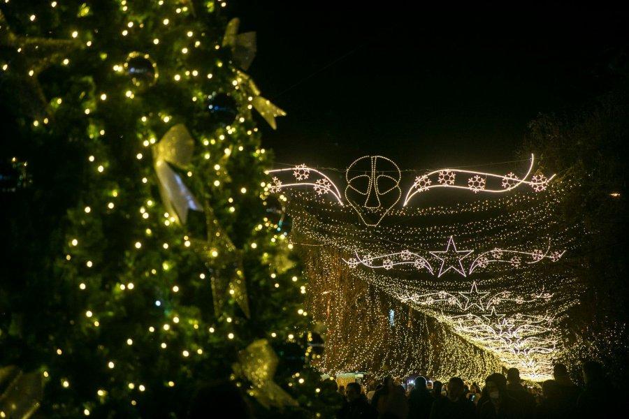 Dhezën dritat e festave të fund vitit nën ethe - Syri Kosova   Lajmi i fundit